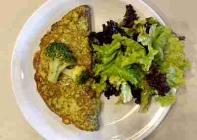 Omellette de brocoli y queso con mix de verdes